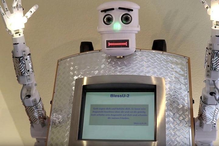 Le Robot Priest, Bénédictions en cinq langues, vouées à susciter un débat si les humains ont besoin de donner la bénédiction