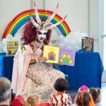 USA : L'église de Satan a inauguré une bibliothèque pour accueillir la Reine des dragons «Killer Klown» à cinq cornes lors de l'heure du conte des enfants