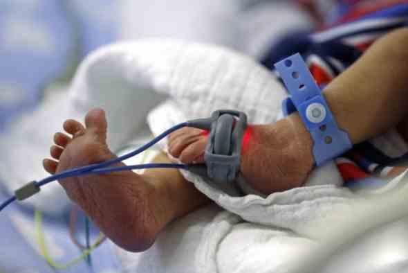 Un bébé britannique pourrait être le premier né pour la première fois sans sa mère, seul son père en tant que parent biologique